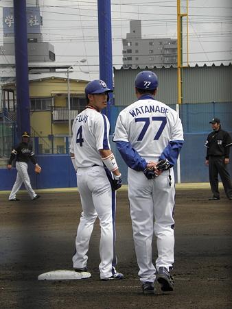 006 1塁コーチャーはナベさんです