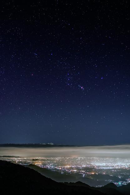 夜景の上のオリオン座