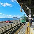 写真: 鎌倉高校前駅 江ノ電と江ノ島