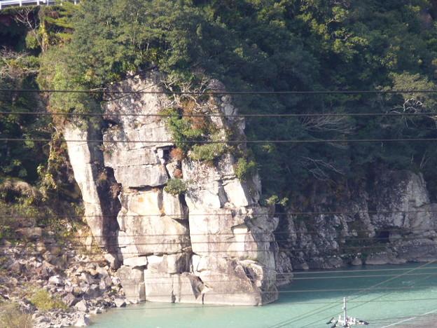 お墓から眺める崖。