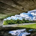 写真: 橋脚の下からの空