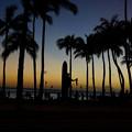 ビーチの夕景とデューク・カハナモク