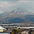 写真: 深江本陣道の駅と雪の雲仙岳・深江バイパス車窓より