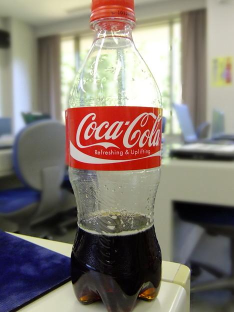 涼しい部屋でコカコーラ