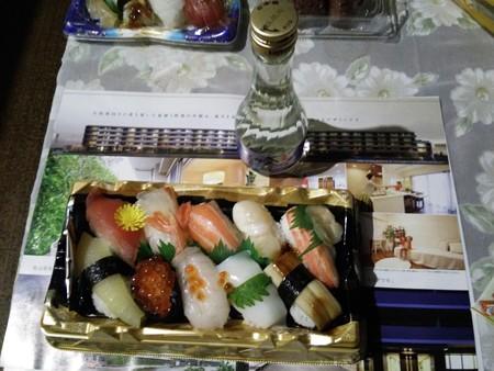 日本酒とスーパーのパック寿司