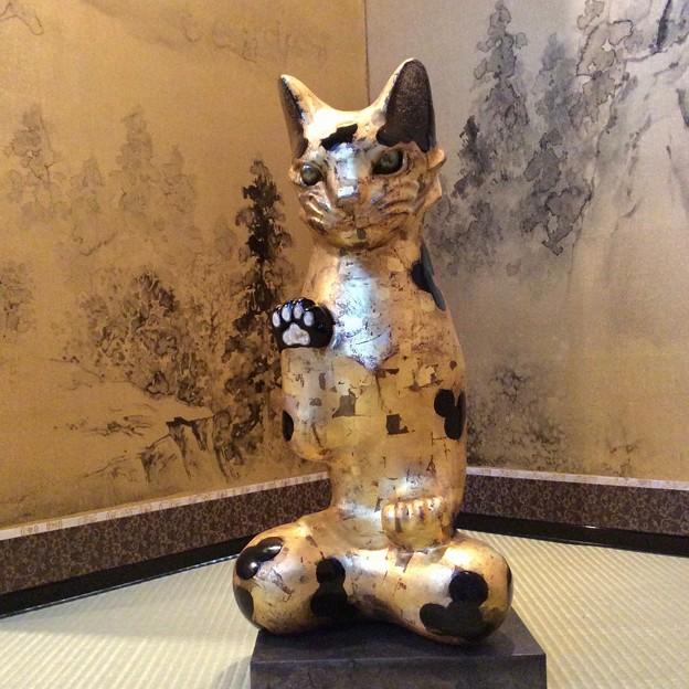 招き猫と言うよりは仏像に近いのでしょう