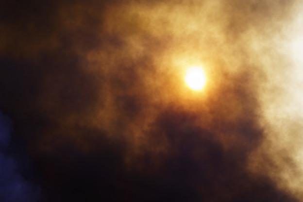 写真: 太陽も隠れる煙