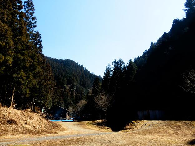 山に囲まれた感じの場所です