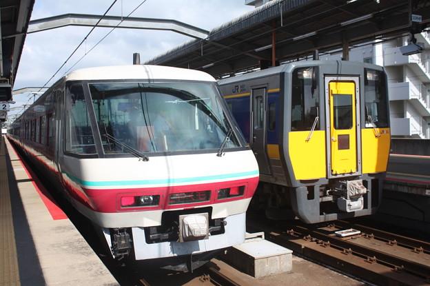 381系とキハ187系の並び