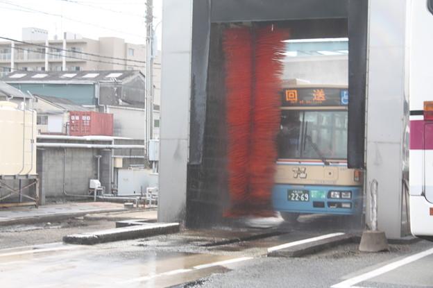 洗車機で洗車中の阪急バス
