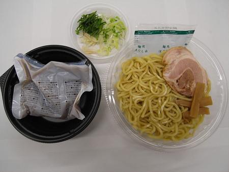 セブンイレブン 3種薬味で食べる!あっさり冷しつけ麺 中身の様子