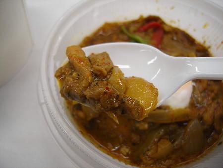 セブンイレブン 玉子を添えたガパオ風ライス ピリ辛鶏肉玉葱バジル炒めアップ
