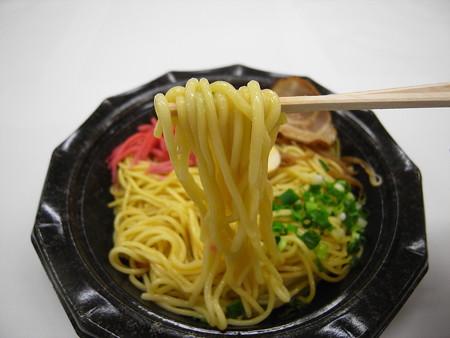 デイリーヤマザキ 博多風豚骨焼ラーメン 麺アップ