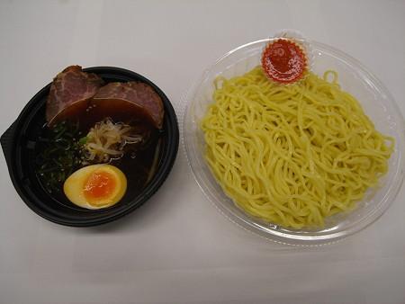 セブンイレブン ピリ辛仕立ての彩り冷しつけ麺(辛味噌付)