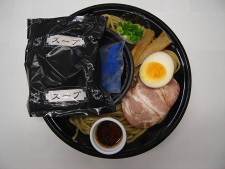 ローソン 麺屋あごすけ監修 冷し塩とんこつつけ麺(海老香味ソース) 中身の様子