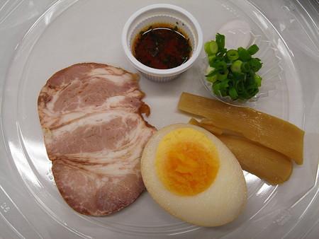 ローソン 麺屋あごすけ監修 冷し塩とんこつつけ麺(海老香味ソース) 具材の様子