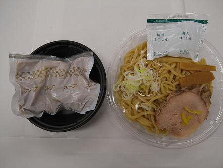 セブンイレブン 中華蕎麦とみ田監修 濃厚豚骨魚介冷しつけ麺 中身の様子