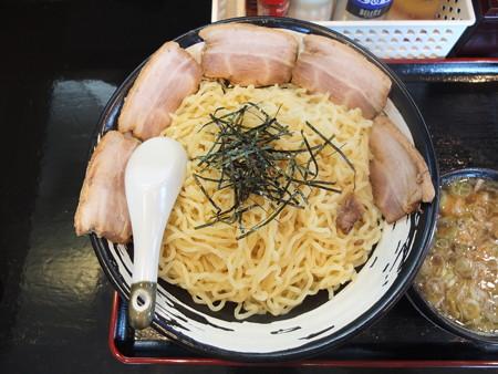 らぁめん古丹 つけ麺(冷もり、特盛)ちゃーしゅうトッピング 麺器とレンゲとの比較