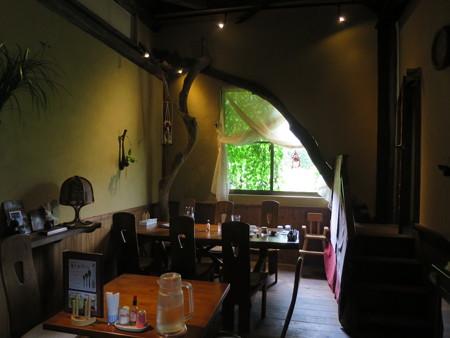 森のレストラン フォレスタ 夜の店内の雰囲気