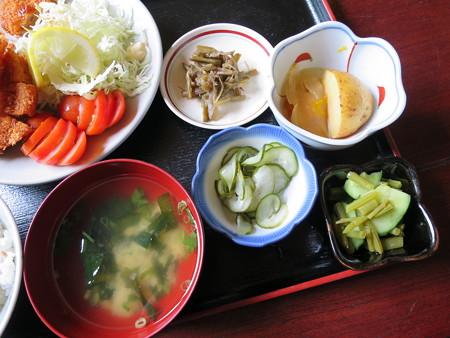 お食事処神明坂 ミックス膳(えび・ホタテ・とんかつ) 副菜の様子