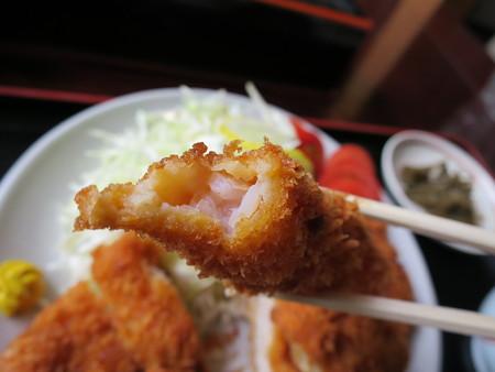 お食事処神明坂 ミックス膳(えび・ホタテ・とんかつ) えびフライ断面の様子