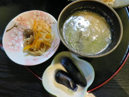 りらく庵 ブタスジ丼 副菜の様子