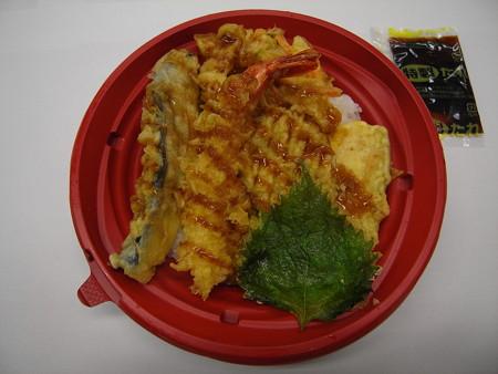 デイリーヤマザキ 6種の具材の天丼 中身の様子