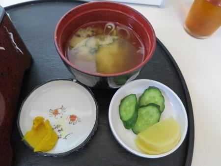 橋場食堂 かつ重 副菜の様子