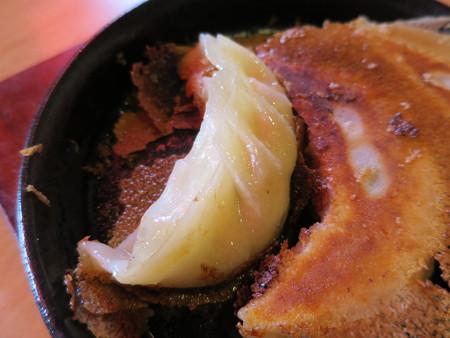上海大食堂 鉄鍋餃子3ヶ 皮の様子