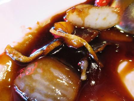 上海大食堂 黒酢の酢豚 黒酢餡アップ