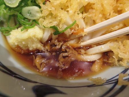丸亀製麺 上越店 ぶっかけうどん並冷、天かすドカ増し&生姜&ネギ つゆアップ