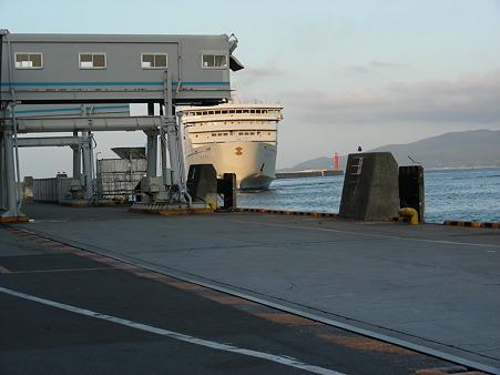 カーフェリーが両津港に入ります