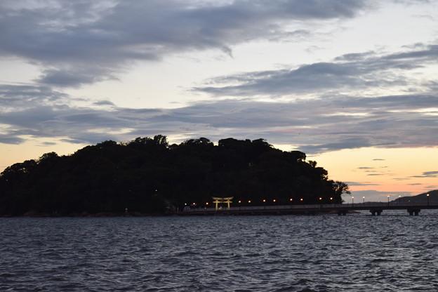 夕暮れの八百富神社への橋