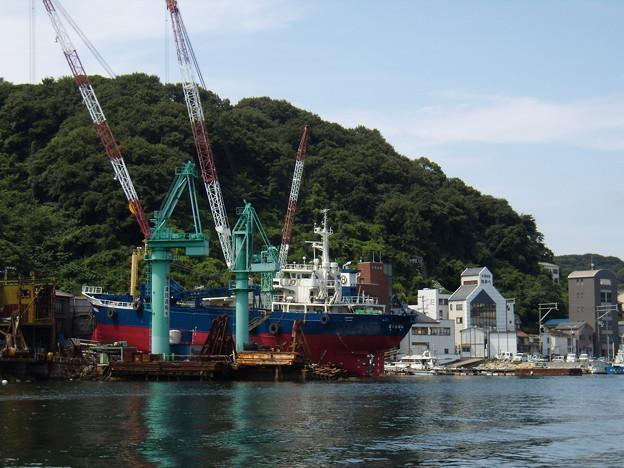 島の造船所と街