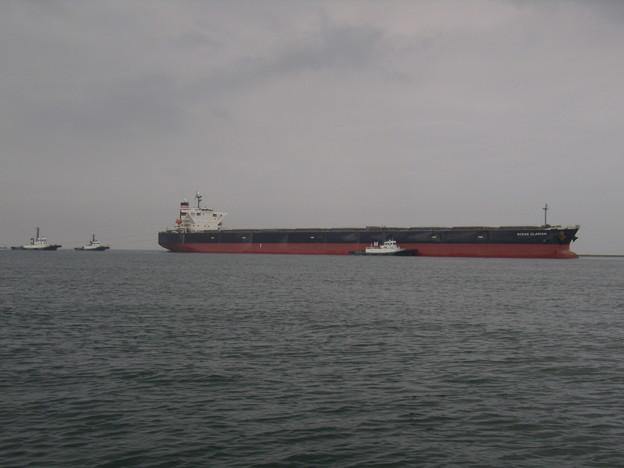 タグボートにエスコートされる大型船
