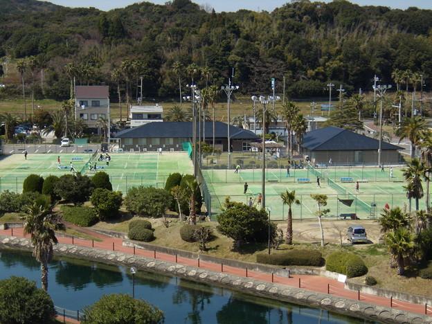 運河沿いのテニスコート