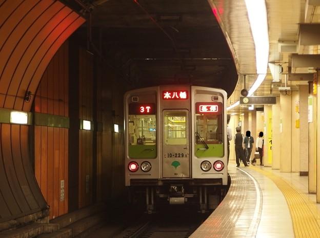 都営新宿線浜町駅2番線 都営10-220F各停本八幡行き前方確認