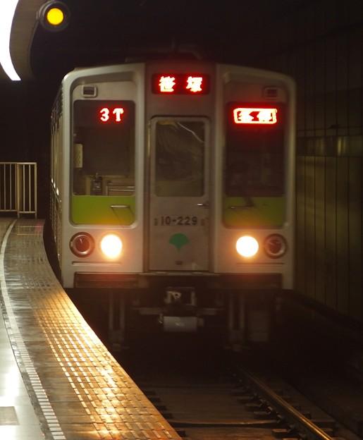 都営新宿線小川町駅3番線 都営10-220F各停笹塚行き進入(タテ)