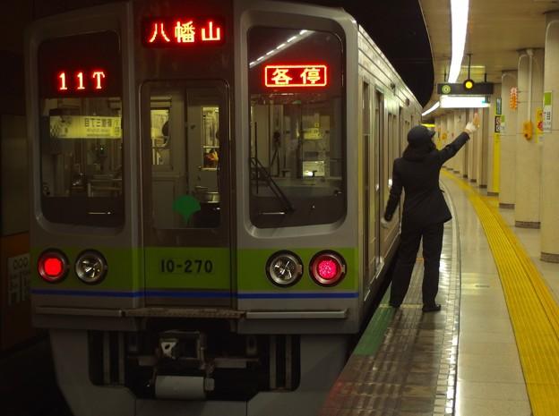 都営新宿線新宿三丁目駅1番線 都営10-270F各停八幡山行き側面よし
