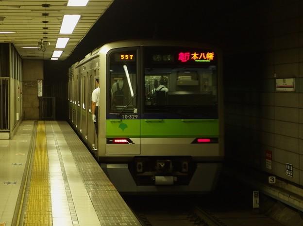京王新線初台駅2番線 都営10-320F急行本八幡行き前方確認