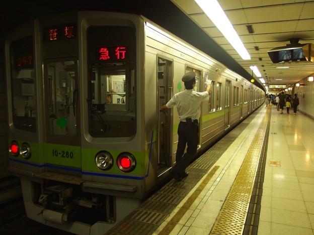 京王新線初台駅1番線 都営10-280F急行笹塚行き側面よし