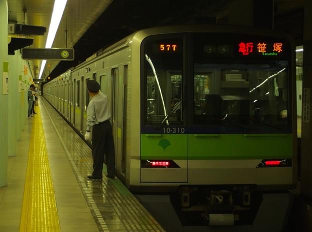 都営新宿線市ヶ谷駅1番線 都営10-310F急行笹塚行き側面よし