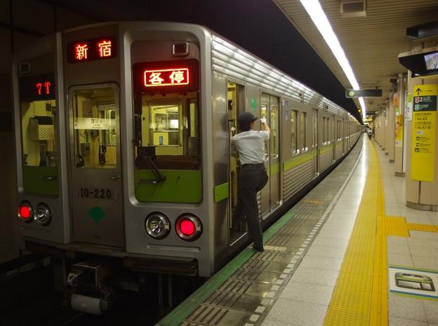 都営新宿線小川町駅3番線 都営10-220F各停新宿行き側面よし