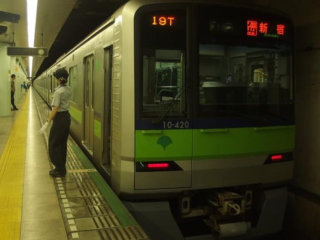 都営新宿線市ヶ谷駅1番線 都営10-420F各停新宿行き側面よし