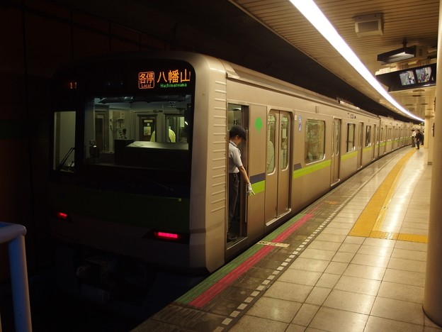 都営新宿線浜町駅1番線 都営10-310F各停八幡山行き停止位置よし