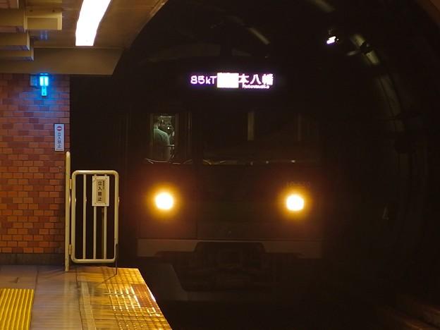 都営新宿線浜町駅2番線 都営10-550F各停本八幡行き進入