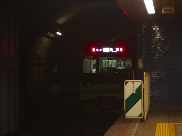 都営新宿線菊川駅1番線 都営10-550F各停新宿行き後方よし