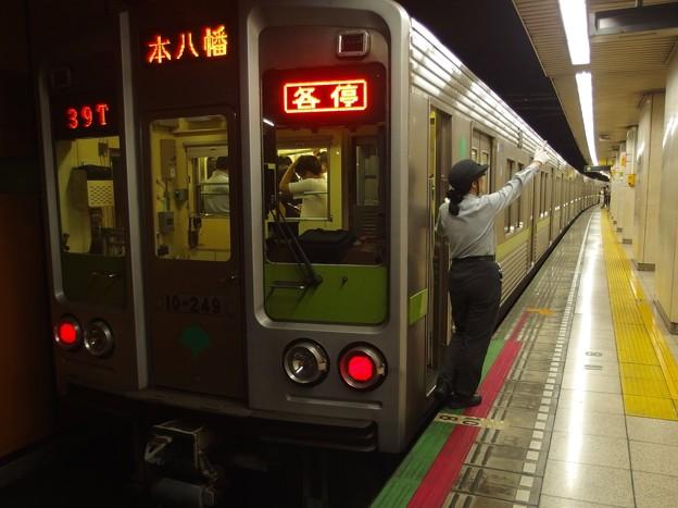 都営新宿線新宿三丁目駅2番線 都営10-240F各停本八幡行き側面よし