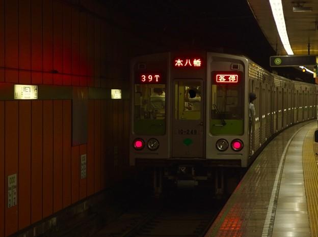 都営新宿線新宿三丁目駅2番線 都営10-240F各停本八幡行き前方確認