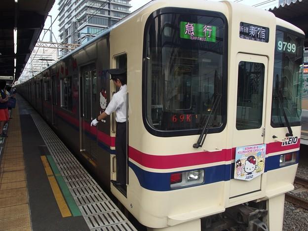 京王新線笹塚駅3番線 京王9049(サンリオラッピング)急行新線新宿行き停止位置よし